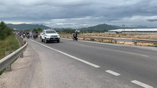 CSGT Đà Nẵng tiếp tục hộ tống hàng trăm người từ TP Hồ Chí Minh về quê bằng xe máy - ảnh 8
