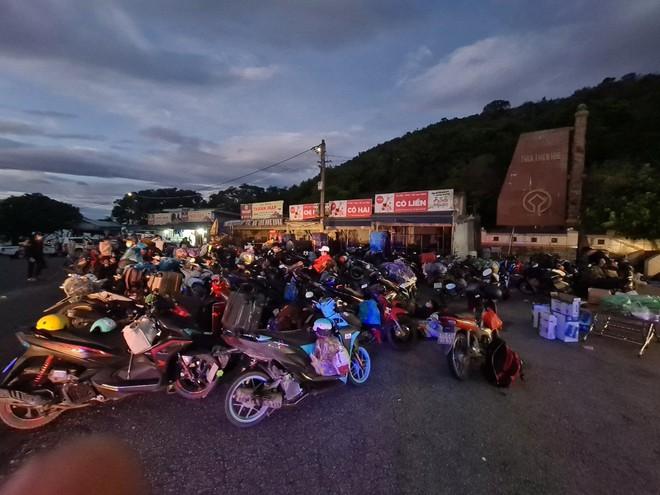 CSGT Đà Nẵng tiếp tục hộ tống hàng trăm người từ TP Hồ Chí Minh về quê bằng xe máy - ảnh 9