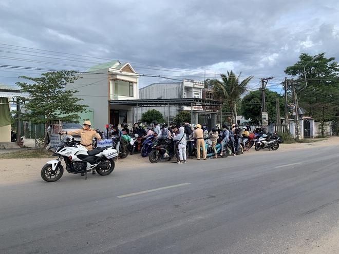 CSGT Đà Nẵng tiếp tục hộ tống hàng trăm người từ TP Hồ Chí Minh về quê bằng xe máy - ảnh 1