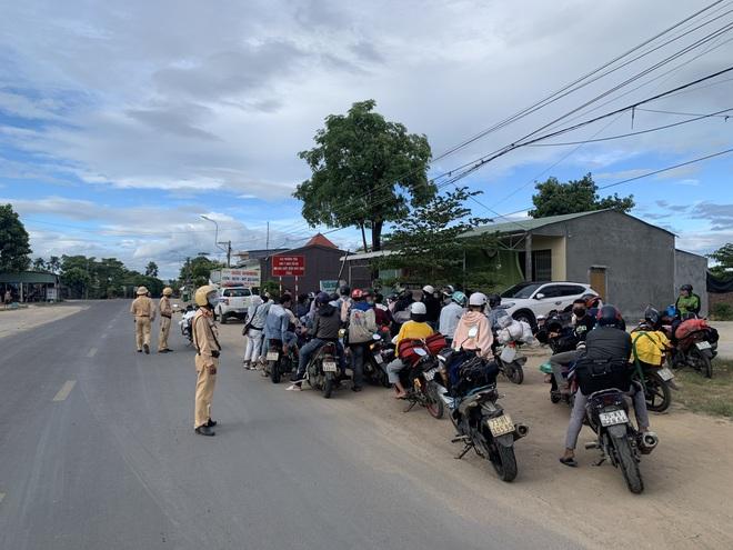 CSGT Đà Nẵng tiếp tục hộ tống hàng trăm người từ TP Hồ Chí Minh về quê bằng xe máy - ảnh 2