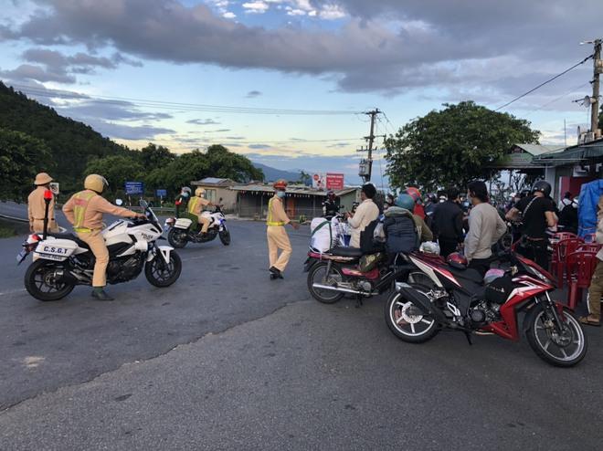 CSGT Đà Nẵng tiếp tục hộ tống hàng trăm người từ TP Hồ Chí Minh về quê bằng xe máy - ảnh 3