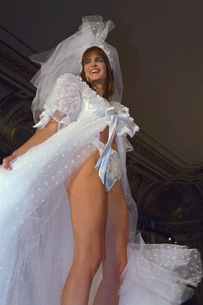 Victoria's Secret những ngày đầu tiên: Áo quần gây sốc từ thập niên 90, tiêu chuẩn người mẫu trước drama body shaming thế nào? - ảnh 17