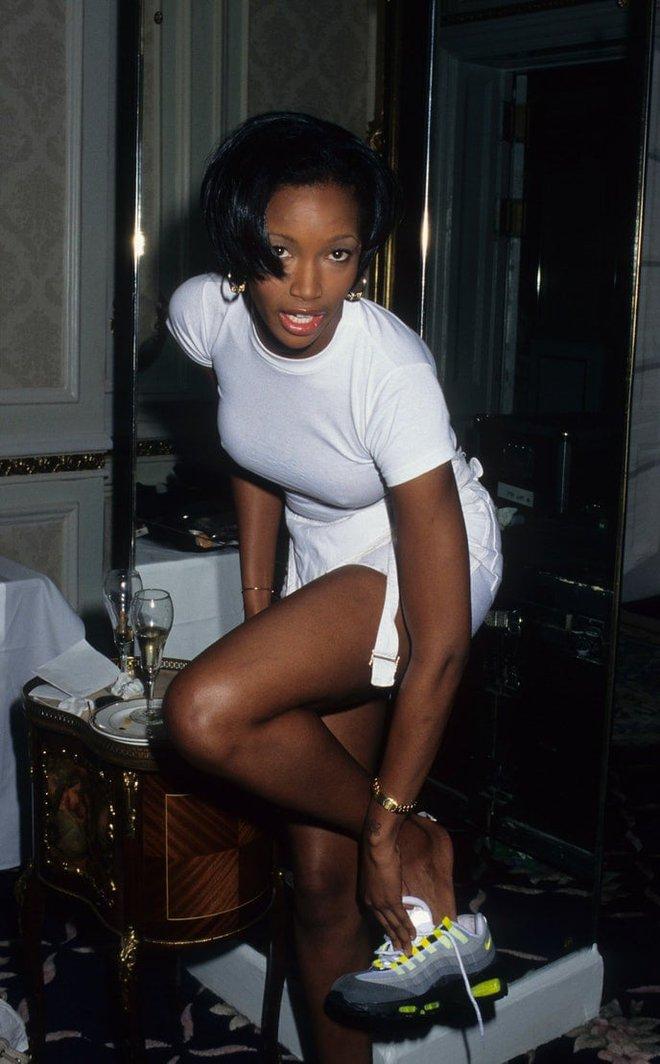 Victoria's Secret những ngày đầu tiên: Áo quần gây sốc từ thập niên 90, tiêu chuẩn người mẫu trước drama body shaming thế nào? - ảnh 2