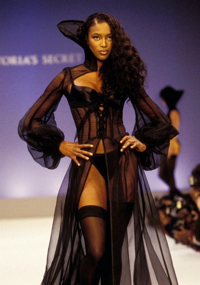 Victoria's Secret những ngày đầu tiên: Áo quần gây sốc từ thập niên 90, tiêu chuẩn người mẫu trước drama body shaming thế nào? - ảnh 14