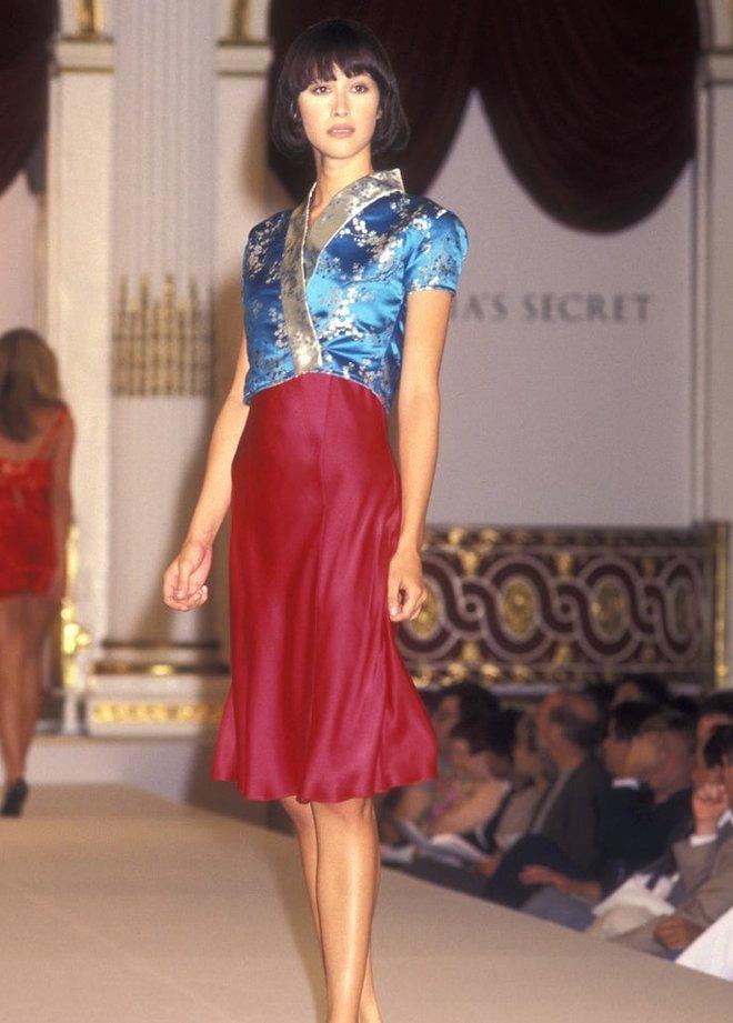 Victoria's Secret những ngày đầu tiên: Áo quần gây sốc từ thập niên 90, tiêu chuẩn người mẫu trước drama body shaming thế nào? - ảnh 10