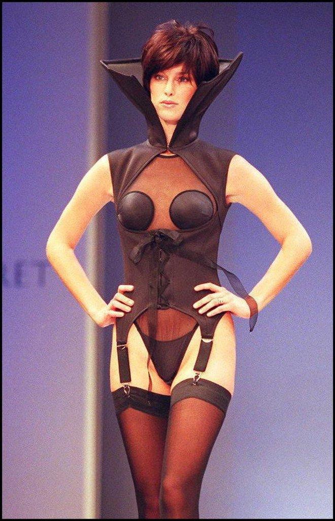 Victoria's Secret những ngày đầu tiên: Áo quần gây sốc từ thập niên 90, tiêu chuẩn người mẫu trước drama body shaming thế nào? - ảnh 15