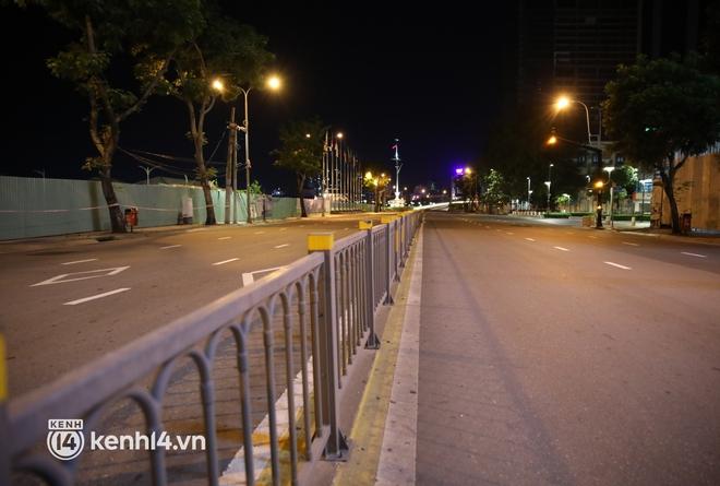 Trực tiếp đường phố Sài Gòn sau 18h: Lặng người trước ông bố chở bình oxy cứu con - Ảnh 3.