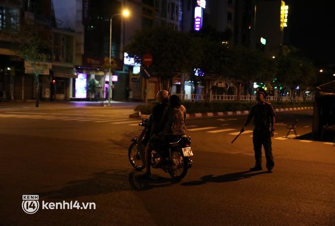 Trực tiếp đường phố Sài Gòn sau 18h: Lặng người trước ông bố chở bình oxy cứu con - Ảnh 7.