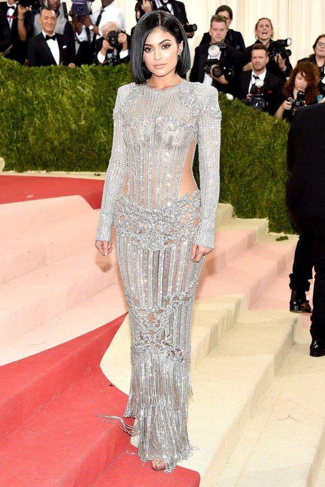 Sao USUK và chuyện chơi nổi trên thảm đỏ: Cardi B khổ sở đứng ngồi, Katy Perry khốn đốn trong WC, Kylie Jenner còn đổ cả máu - ảnh 10