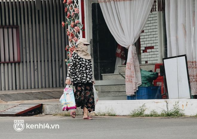 Ảnh: Siêu thị đóng cửa sớm, người dân TP.HCM tranh thủ mua sắm để trở về nhà trước 18h tối - Ảnh 1.
