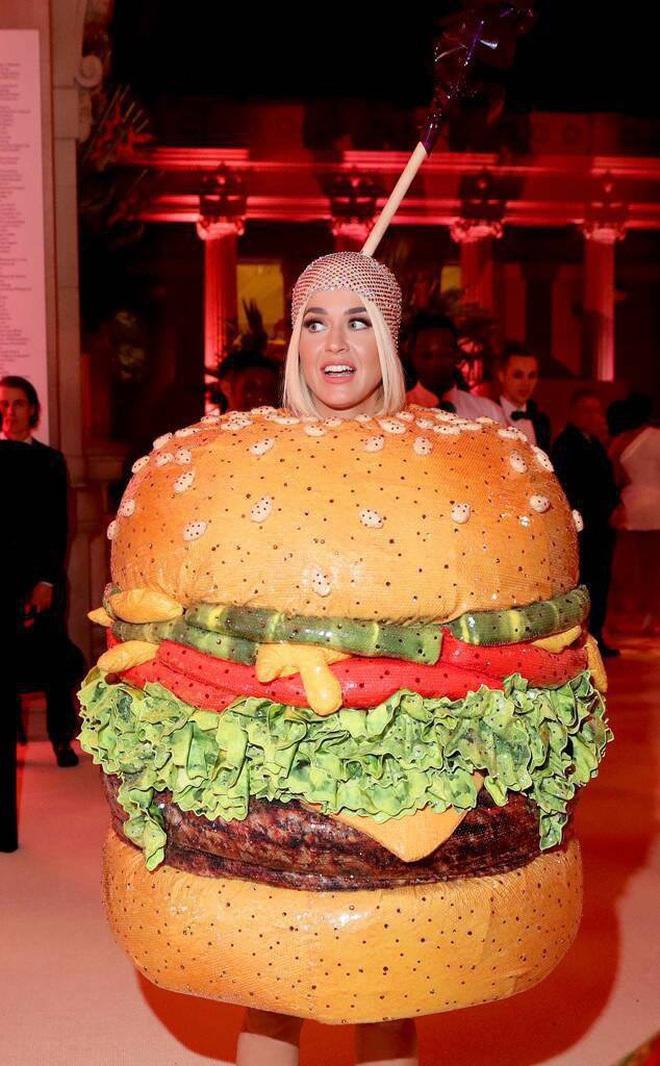 Sao USUK và chuyện chơi nổi trên thảm đỏ: Cardi B khổ sở đứng ngồi, Katy Perry khốn đốn trong WC, Kylie Jenner còn đổ cả máu - ảnh 1