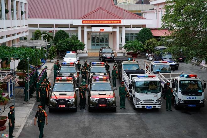 Trực tiếp đường phố Sài Gòn sau 18h: Lặng người trước ông bố chở bình oxy cứu con - Ảnh 1.