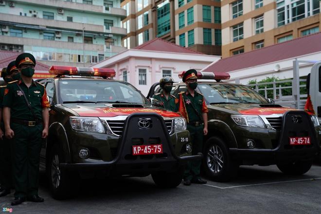 Trực tiếp đường phố Sài Gòn sau 18h: Lặng người trước ông bố chở bình oxy cứu con - Ảnh 2.