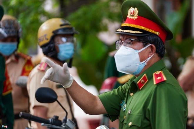 Trực tiếp đường phố Sài Gòn sau 18h: Lặng người trước ông bố chở bình oxy cứu con - Ảnh 5.