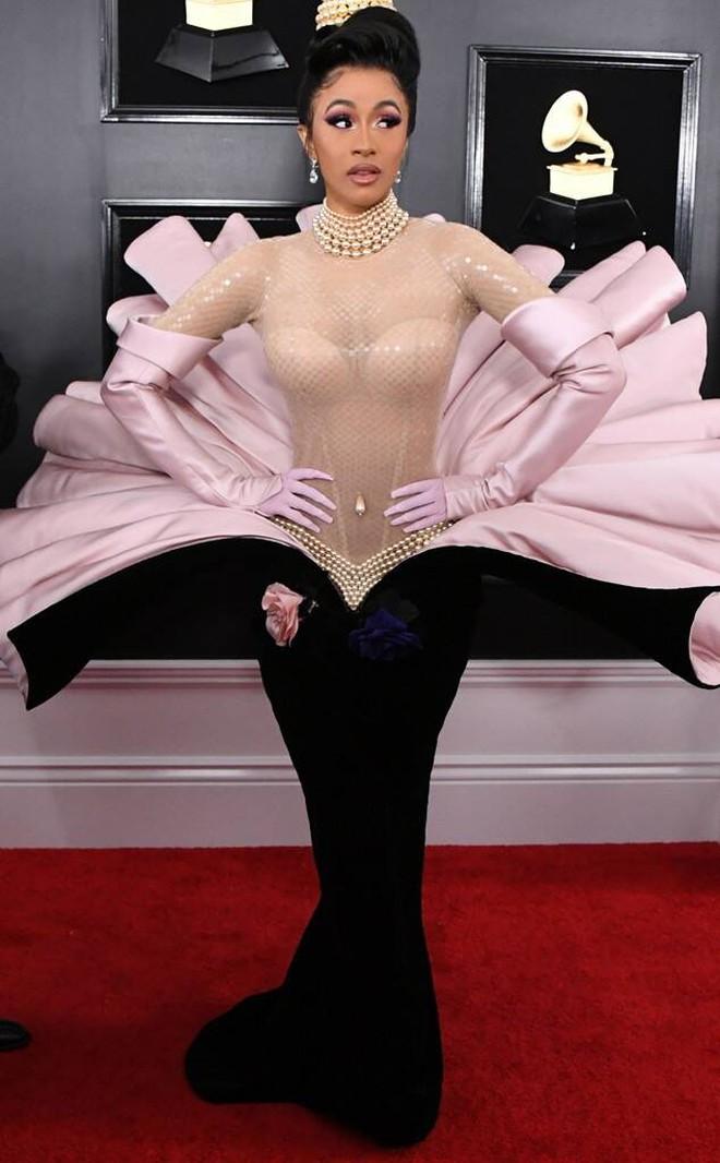 Sao USUK và chuyện chơi nổi trên thảm đỏ: Cardi B khổ sở đứng ngồi, Katy Perry khốn đốn trong WC, Kylie Jenner còn đổ cả máu - ảnh 7