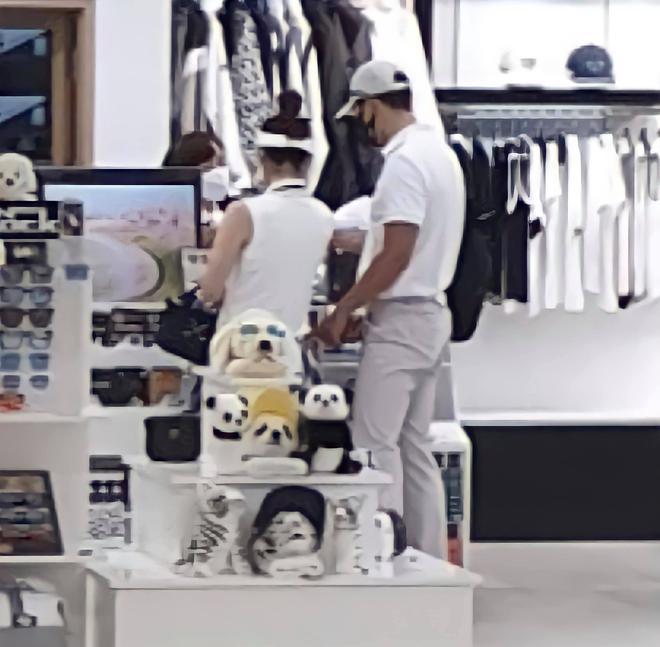 """HOT: Hyun Bin và Son Ye Jin bị """"tóm sống"""" ảnh hẹn hò chơi golf, cùng công khai đi sắm đồ như vợ chồng son - ảnh 1"""
