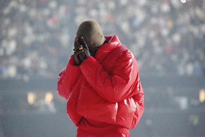 Kanye West bật khóc ngay trước mặt Kim Kardashian khi ca khúc về cuộc hôn nhân với vợ cũ vang lên, là thật hay drama gì đây? - Ảnh 2.
