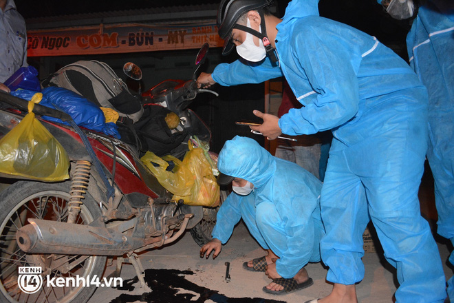 Biệt đội áo xanh xuyên đêm sửa xe miễn phí, tiếp sức cho người dân chạy xe máy từ TP.HCM về quê - Ảnh 7.