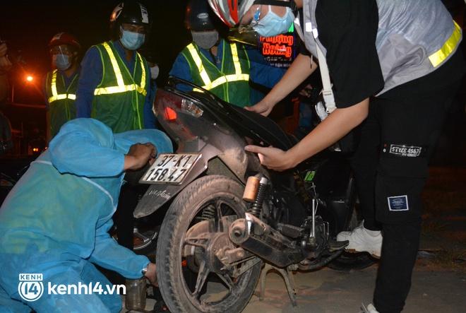 Biệt đội áo xanh xuyên đêm sửa xe miễn phí, tiếp sức cho người dân chạy xe máy từ TP.HCM về quê - ảnh 12