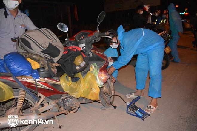 Biệt đội áo xanh xuyên đêm sửa xe miễn phí, tiếp sức cho người dân chạy xe máy từ TP.HCM về quê - ảnh 13
