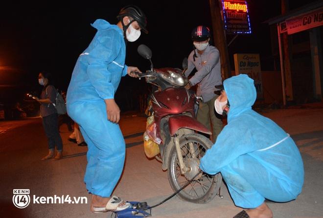 Biệt đội áo xanh xuyên đêm sửa xe miễn phí, tiếp sức cho người dân chạy xe máy từ TP.HCM về quê - ảnh 11