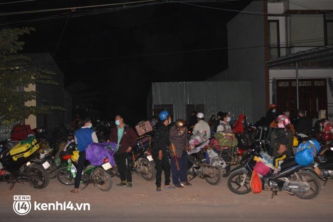 Biệt đội áo xanh xuyên đêm sửa xe miễn phí, tiếp sức cho người dân chạy xe máy từ TP.HCM về quê - Ảnh 6.
