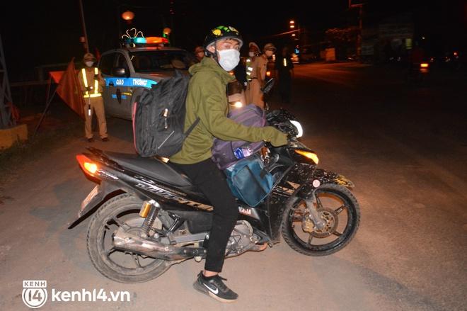 Biệt đội áo xanh xuyên đêm sửa xe miễn phí, tiếp sức cho người dân chạy xe máy từ TP.HCM về quê - Ảnh 9.