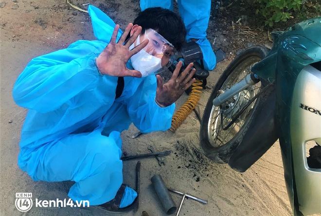 Biệt đội áo xanh xuyên đêm sửa xe miễn phí, tiếp sức cho người dân chạy xe máy từ TP.HCM về quê - Ảnh 5.