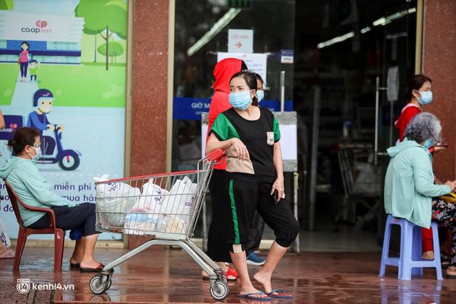 Ảnh: Người dân TP.HCM xếp hàng, cầm phiếu đi siêu thị theo khung giờ - ảnh 6