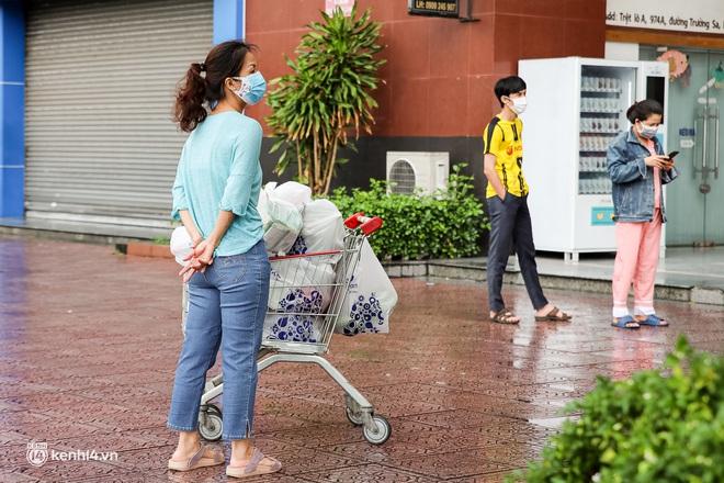 Ảnh: Người dân TP.HCM xếp hàng, cầm phiếu đi siêu thị theo khung giờ - ảnh 4