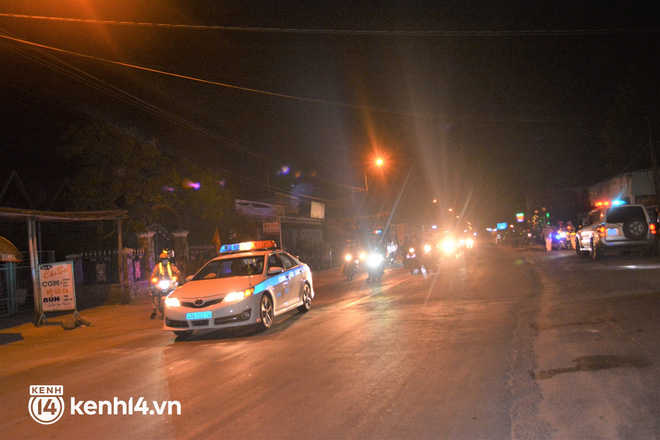 Biệt đội áo xanh xuyên đêm sửa xe miễn phí, tiếp sức cho người dân chạy xe máy từ TP.HCM về quê - Ảnh 10.