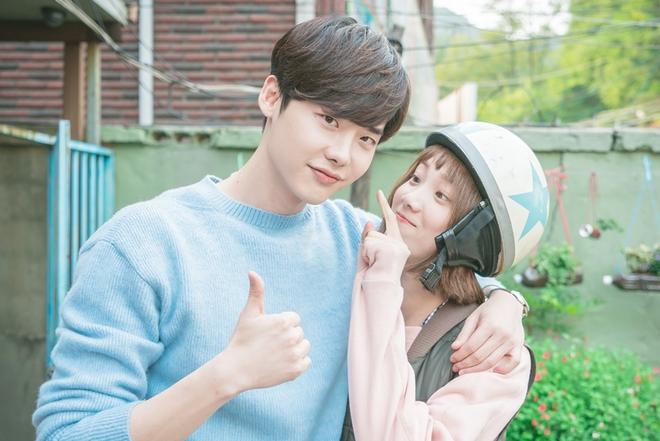 Tình bạn hơn 10 năm của Lee Jong Suk và Lee Sung Kyung: Gấp đôi visual đẹp hết chỗ chê, có lúc còn tình bể bình hơn người yêu - Ảnh 2.