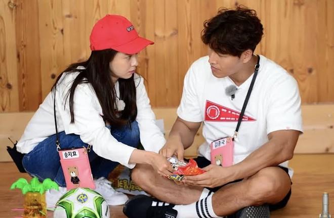 """Song Ji Hyo tuyên bố 1 câu """"mờ ám"""" về Kim Jong Kook mà dân tình ngỡ ngàng, sao như cặp đôi sắp cưới thế này? - Ảnh 2."""