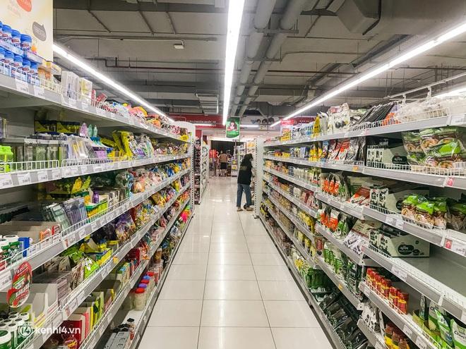 Ảnh: Người dân TP.HCM xếp hàng, cầm phiếu đi siêu thị theo khung giờ - ảnh 8