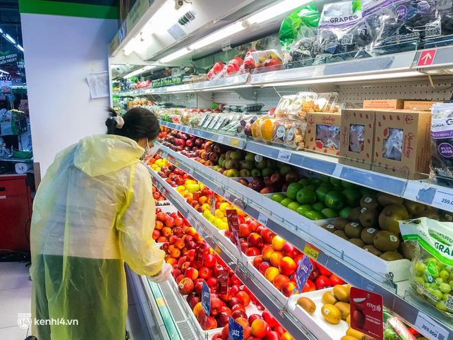 Ảnh: Người dân TP.HCM xếp hàng, cầm phiếu đi siêu thị theo khung giờ - ảnh 10