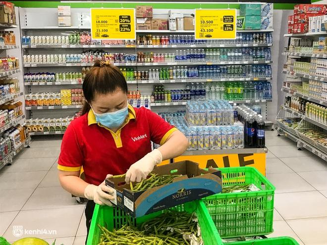 Ảnh: Người dân TP.HCM xếp hàng, cầm phiếu đi siêu thị theo khung giờ - ảnh 11