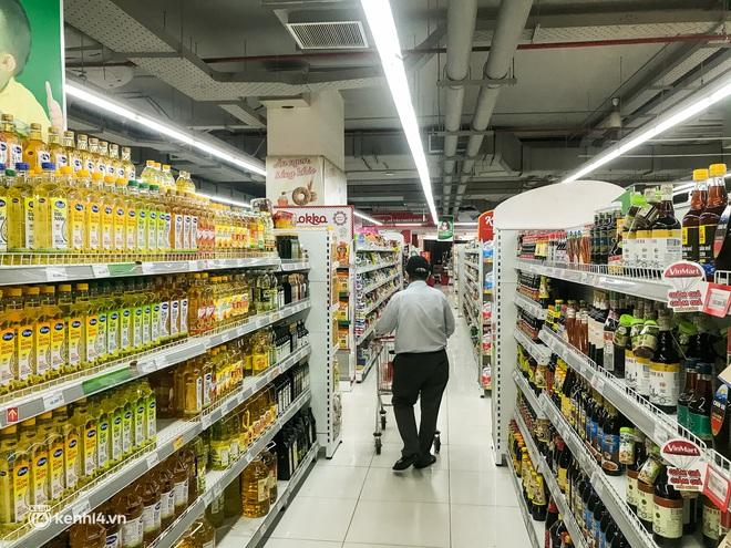 Ảnh: Người dân TP.HCM xếp hàng, cầm phiếu đi siêu thị theo khung giờ - ảnh 7