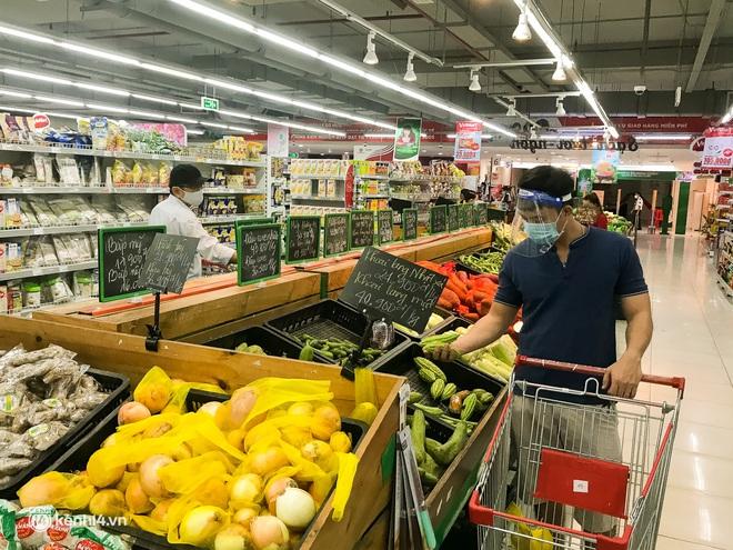 Ảnh: Người dân TP.HCM xếp hàng, cầm phiếu đi siêu thị theo khung giờ - ảnh 12