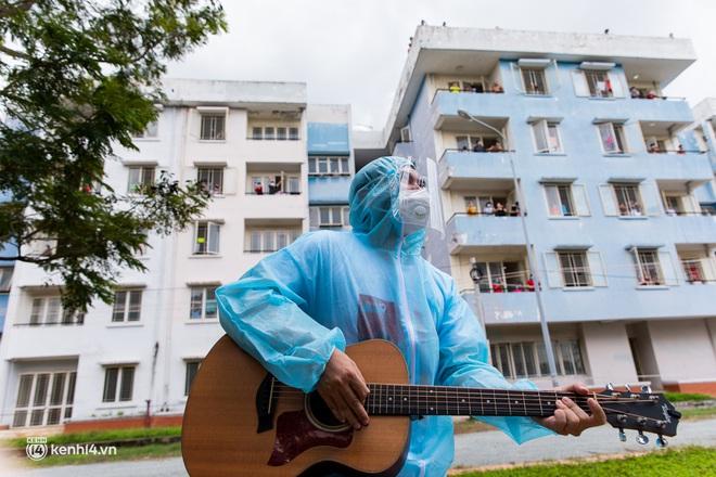 Sân khấu đặc biệt: Nơi ca sĩ Phương Thanh và các nghệ sĩ biểu diễn cho 4.000 F0 tại bệnh viện dã chiến - Ảnh 9.