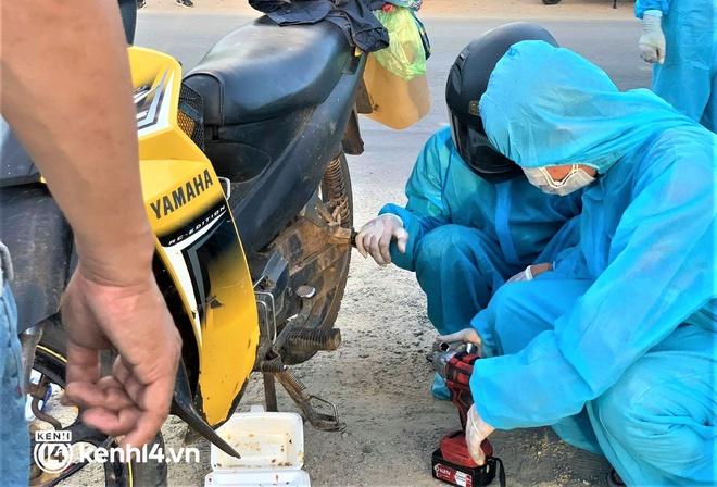 Biệt đội áo xanh xuyên đêm sửa xe miễn phí, tiếp sức cho người dân chạy xe máy từ TP.HCM về quê - ảnh 6