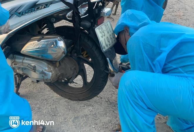 Biệt đội áo xanh xuyên đêm sửa xe miễn phí, tiếp sức cho người dân chạy xe máy từ TP.HCM về quê - ảnh 7