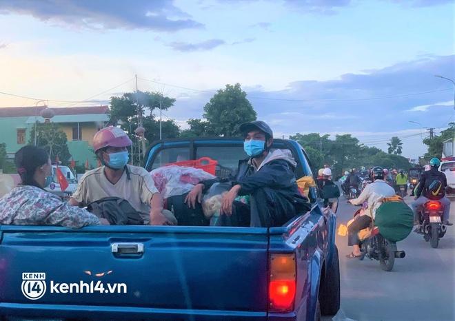 Biệt đội áo xanh xuyên đêm sửa xe miễn phí, tiếp sức cho người dân chạy xe máy từ TP.HCM về quê - ảnh 2