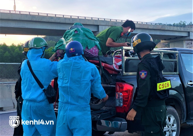 Biệt đội áo xanh xuyên đêm sửa xe miễn phí, tiếp sức cho người dân chạy xe máy từ TP.HCM về quê - ảnh 4