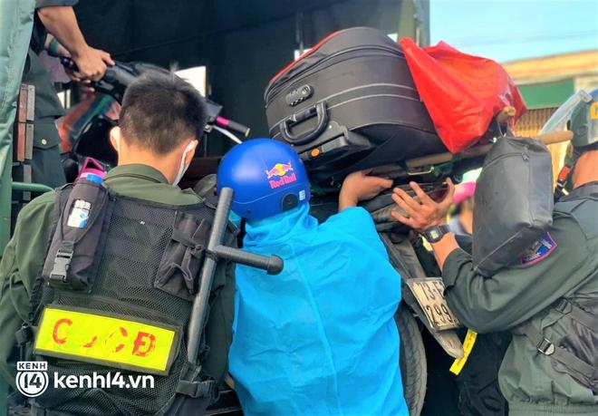 Biệt đội áo xanh xuyên đêm sửa xe miễn phí, tiếp sức cho người dân chạy xe máy từ TP.HCM về quê - ảnh 3