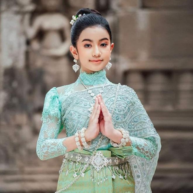 Viên ngọc quý của Hoàng gia Campuchia: Tiểu công chúa với vẻ đẹp lai cực phẩm dù mới 10 tuổi, soi thành tích chỉ biết xuýt xoa quốc bảo - ảnh 8