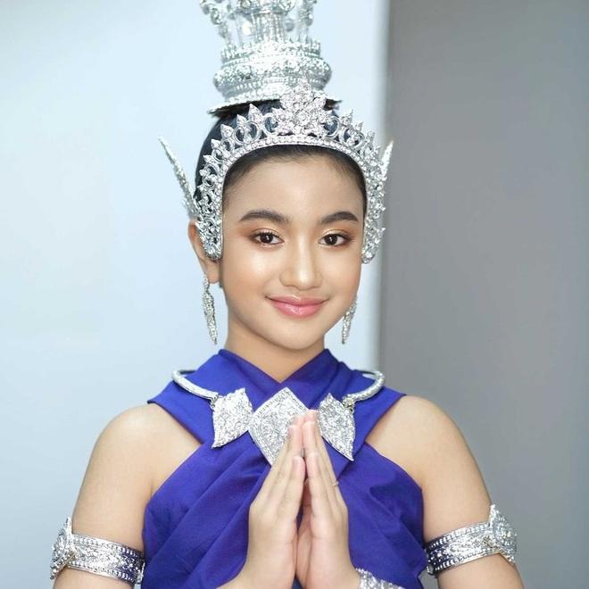 Viên ngọc quý của Hoàng gia Campuchia: Tiểu công chúa với vẻ đẹp lai cực phẩm dù mới 10 tuổi, soi thành tích chỉ biết xuýt xoa quốc bảo - ảnh 13