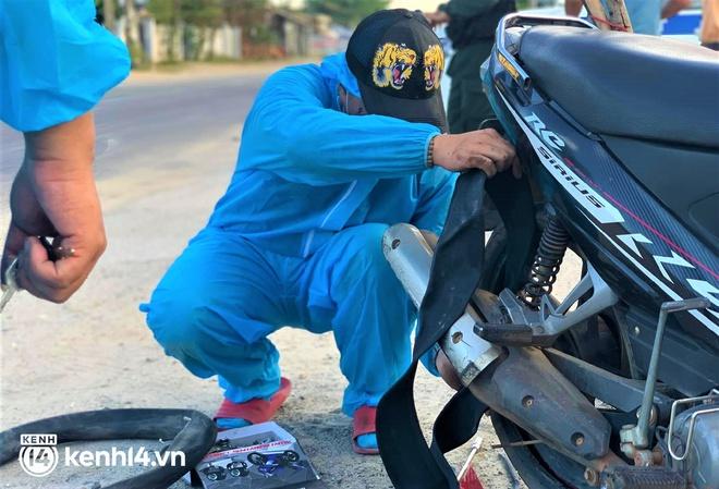 Biệt đội áo xanh xuyên đêm sửa xe miễn phí, tiếp sức cho người dân chạy xe máy từ TP.HCM về quê - ảnh 5