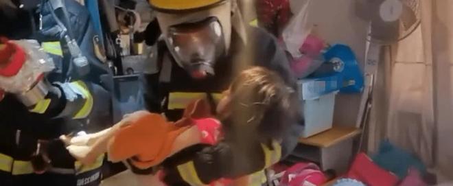 """Tòa nhà có cháy, bà mẹ nhanh nhẹn ôm con trai chạy thoát thân an toàn, không ngờ lại bị dư luận """"ném đá"""" kịch liệt vì một hành vi khó hiểu - ảnh 3"""