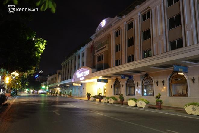 Ảnh: Đêm Hà Nội vắng hơn Tết, đường phố không một bóng người trong những ngày giãn cách xã hội - ảnh 13