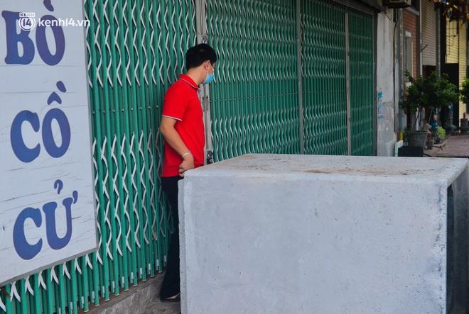 Điều xe tải, dùng gạch, thùng container làm chốt phong tỏa: Người dân vẫn dùng mọi cách để thông chốt - ảnh 3